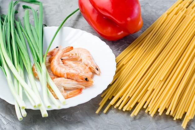 Ingredienti per preparare udon e wok con gamberetti.