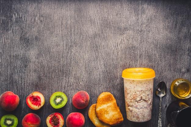Ingredienti per la farina d'avena sul tavolo di legno scuro. concetto di cibo sano. vista dall'alto, copia dello spazio. disposizione piatta. natura morta. tonico