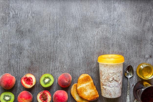 Ingredienti per la farina d'avena sul tavolo di legno scuro. concetto di cibo sano. vista dall'alto, copia dello spazio. disposizione piatta. natura morta.