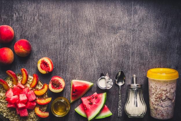 Ingredienti per la farina d'avena sul concetto di tavolo in legno scuro di cibo sano vista dall'alto spazio copia tonica
