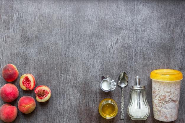 Ingredienti per la farina d'avena sul concetto della tavola di legno scuro dello spazio della copia di vista superiore dell'alimento sano