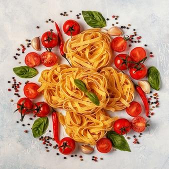 Ingredienti per la pasta su un tavolo bianco