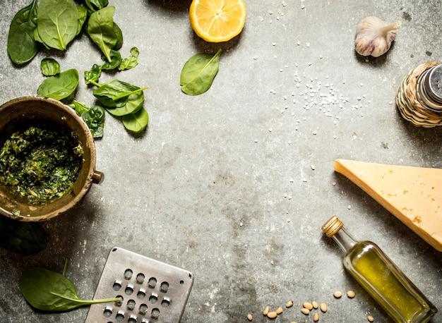 Ingredienti per il pesto. sul tavolo di pietra.