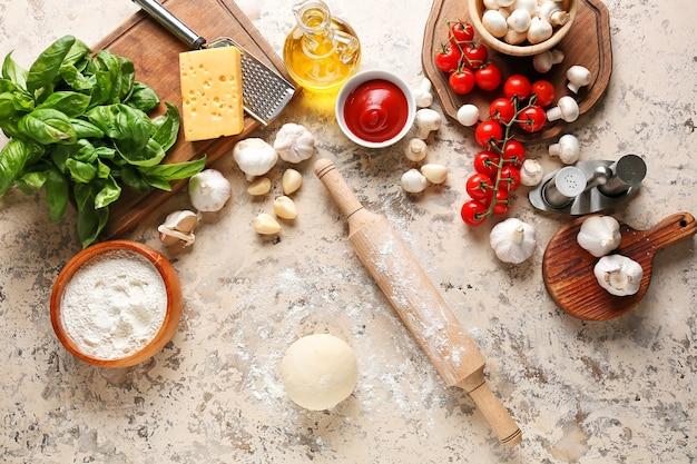 Ingredienti per pizza su superficie chiara