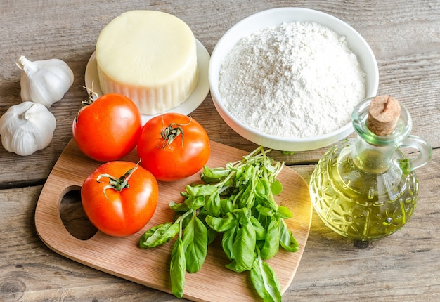 Ingredienti per pizza in legno