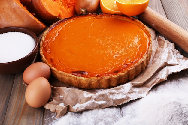 Ingredienti per preparare la torta di zucca su legno