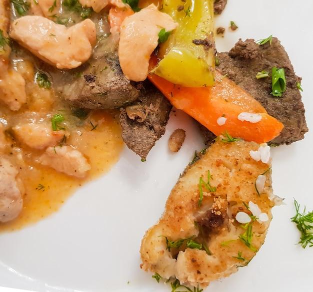 Ingredienti per una dieta proteica su un piatto bianco. dieta sana ed equilibrata, un insieme di piatti di carne e pesce nel ristorante dell'hotel.