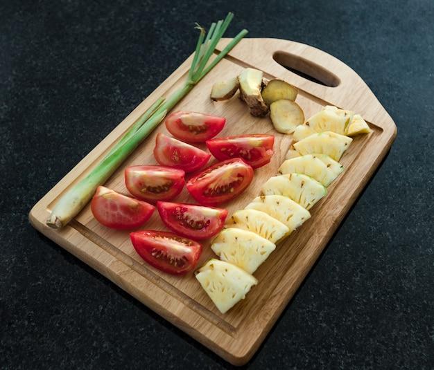 Set di ingredienti per salsa agrodolce. pomodori, ananas, citronella e zenzero