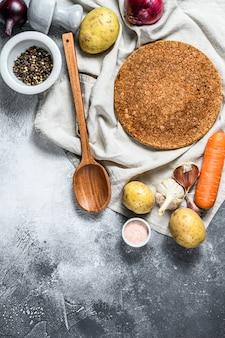 Ingredienti per zuppa, verdure e spezie. il concetto di cucinare lo stufato. vista dall'alto. spazio per il testo.