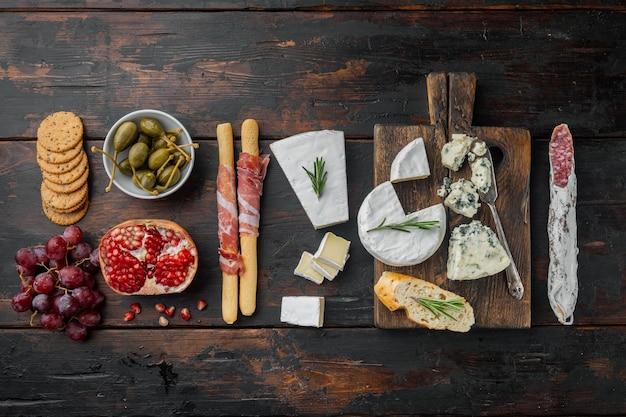 Ingredienti per il cibo spagnolo, carne cheede, set di erbe, sul tavolo di legno scuro, piatto lay