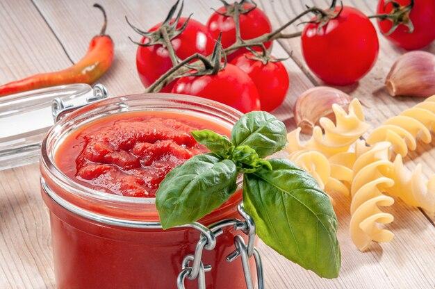 Ingredienti per salsa di pomodoro con pasta fusilli
