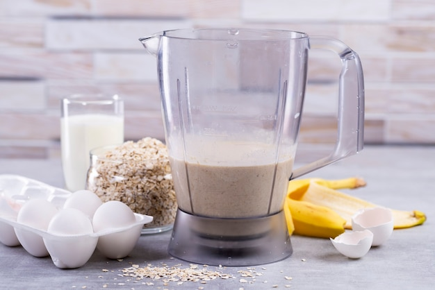 Ingredienti e strumenti per frittelle di avena con banana