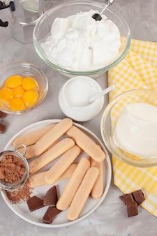 Ingredienti del tiramisù italiano tradizionale del dessert. blog di cucina e concetto di lezioni di cucina