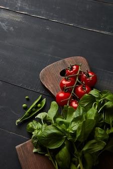 Ingredienti verdure per insalata pomodori con basilico e piselli