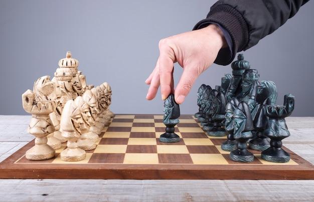 Movimento iniziale del peone in una partita a scacchi con pezzi di collezione