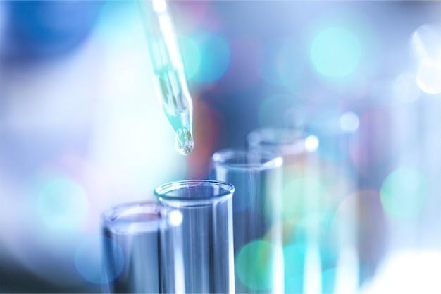 Vaccino per iniezione antibiotico per l'influenza del bambino sfondo blu