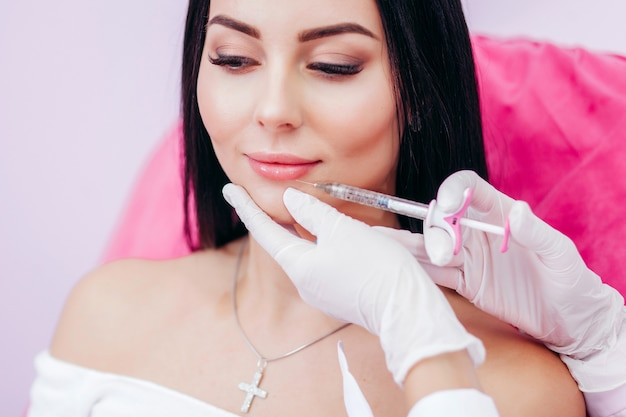 Iniezioni delle labbra. correzione dal labbro superiore. iniezione di bellezza. spa. ringiovanimento del viso. aumento delle labbra.