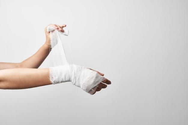 Benda del primo piano del dolore di trattamento del braccio ferito. foto di alta qualità