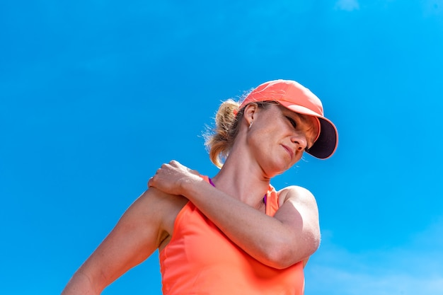 Spalla ferita di un giocatore di tennis in campo