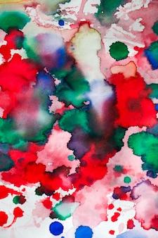 Gocce di inchiostro sulla carta, schizzi di inchiostro rosso, verde e blu, pittura e disegno