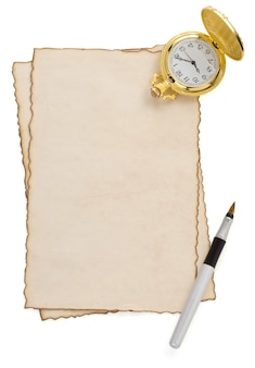 Penna e orologio a inchiostro su pergamena isolato su bianco