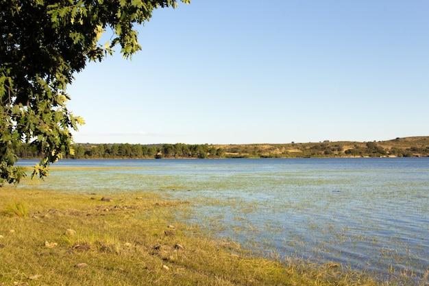 Lago interno con montagne sullo sfondo