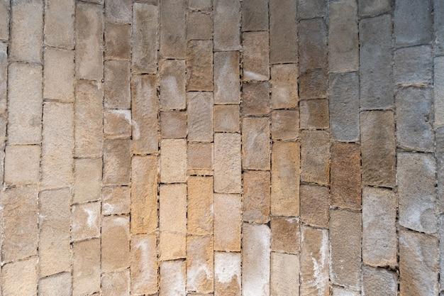 Parte interna del tetto di un vecchio ponte costruito con mattoni di adobe