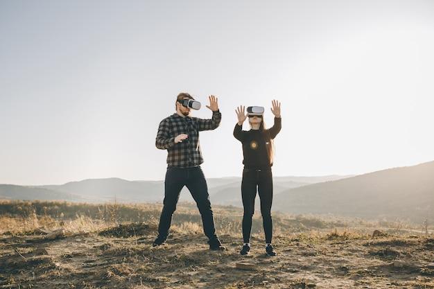 Concetto di tecnologia di innovazione vr, due persone nella tecnologia di gadget di occhiali scatola di realtà virtuale sulla strada
