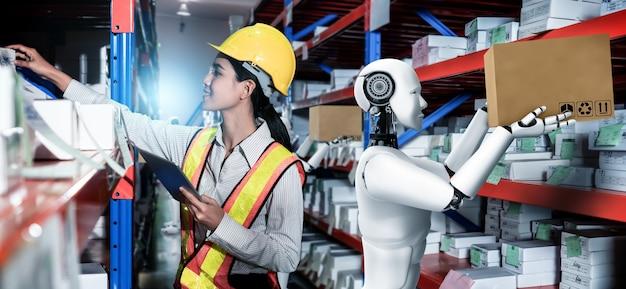 Robot industriale innovativo che lavora in magazzino insieme a un lavoratore umano