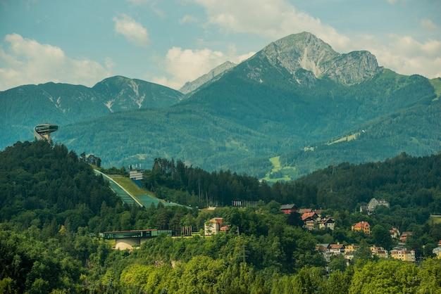 Salto con gli sci di innsbruck e parte della città.