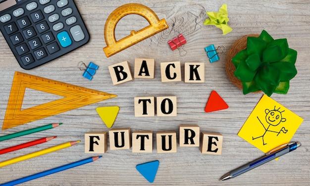 La scritta ritorno al futuro sui cubi con materiale scolastico