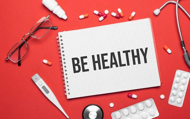 La scritta be healthy su un taccuino su un tema medico