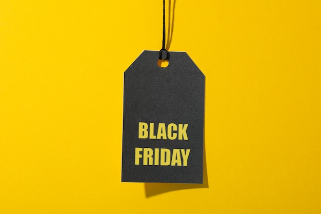 Iscrizione black friday sul prezzo da pagare su spazio giallo, spazio della copia