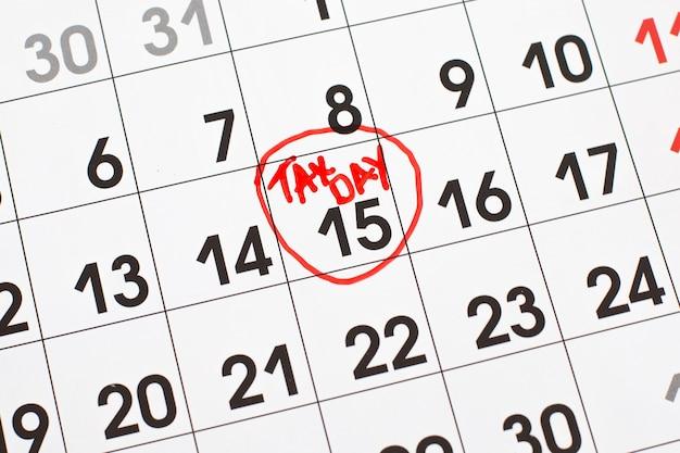 Iscrizione sulla pagina del calendario tax day con pennarello rosso il 15 aprile 2021.