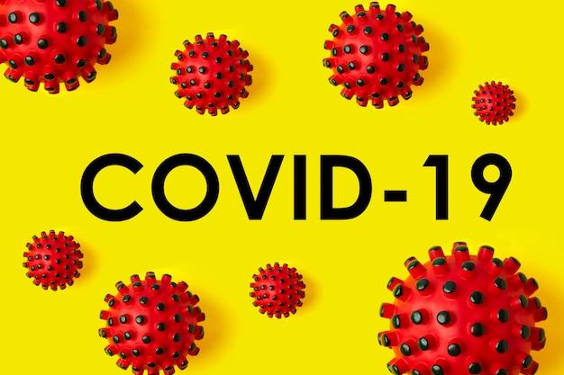 Iscrizione covid-19 su sfondo giallo. l'organizzazione mondiale della sanità oms ha introdotto il nome del virus cinese 2020 denominato malattia: coronavirus, covid-19 sars, coronaviridae, sars-cov, sarscov, mers-cov