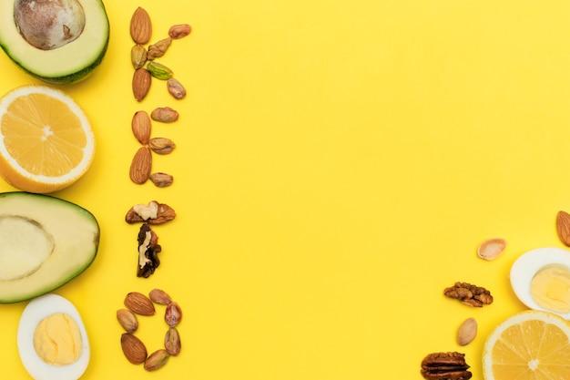 L'iscrizione keto è fatta di nocicornice di avocadouovalimoninocidieta chetogenica piatta