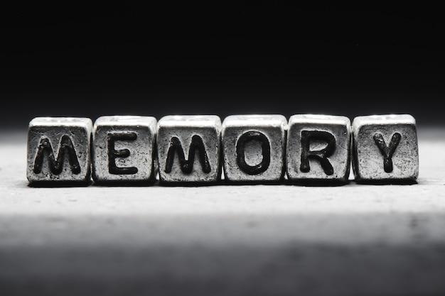 Memoria di iscrizione su cubi di metallo isolati su uno sfondo scuro