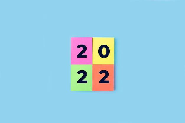 Numeri di iscrizione 2022 su adesivi colorati. anno nuovo concetto. nota adesiva, copia spazio per il testo