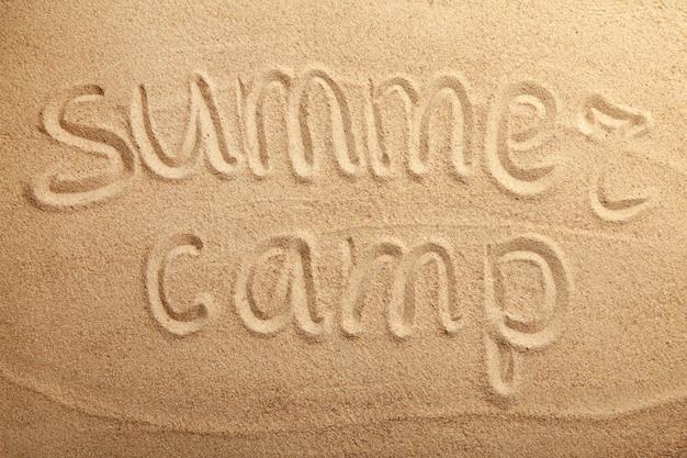 Campeggio estivo iscrizione sulla sabbia della spiaggia. vista dall'alto