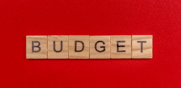 L'iscrizione in lettere di legno la parola bilancio