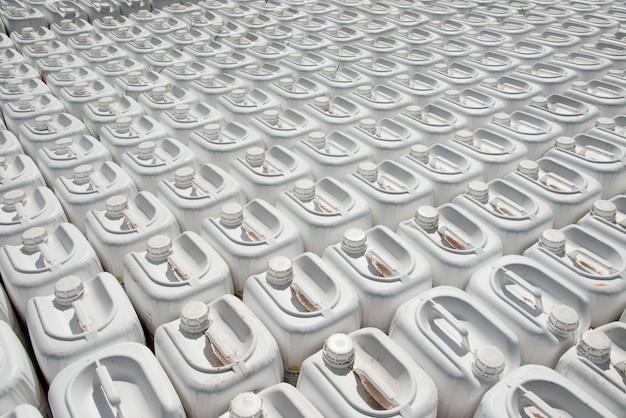 Insetticidi in contenitori per spruzzare sul campo da un trattore