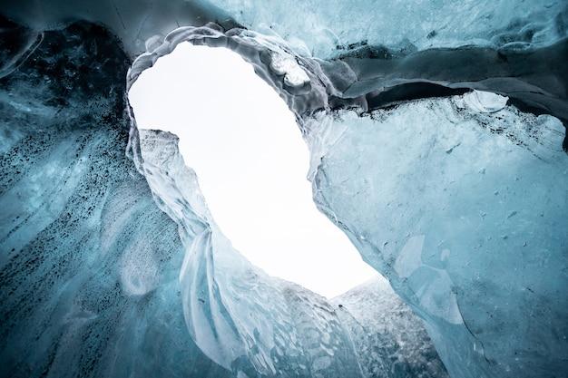 All'interno di una grotta di ghiaccio del ghiacciaio in islanda