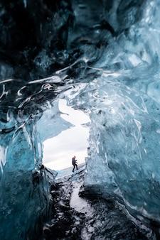 All'interno di un ghiacciaio grotta di ghiaccio in islanda