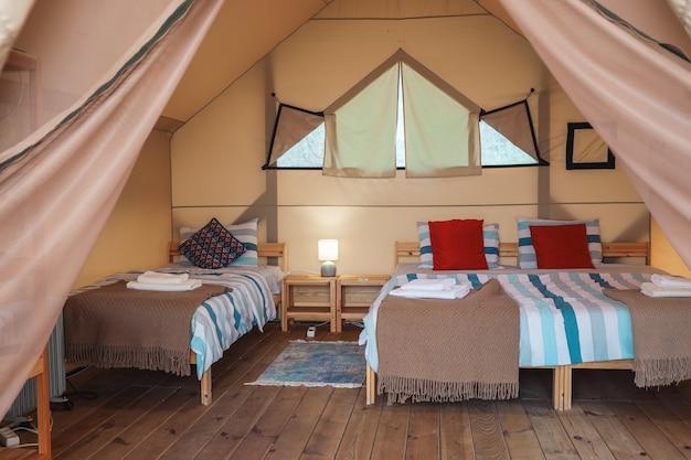 L'interno di una tenda glamping. tenda di lusso all'interno.