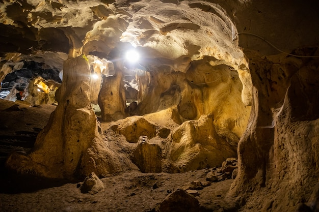 Vista interna della grotta karain ad antalya, con stalattiti e stalagmiti naturali in turchia