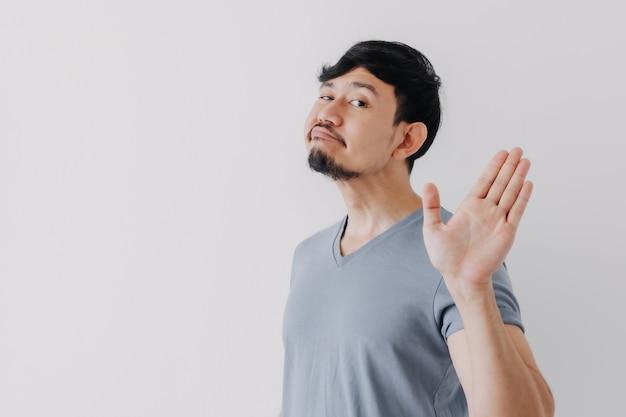 Insolente negazione volto dell'uomo in maglietta blu isolato su sfondo bianco