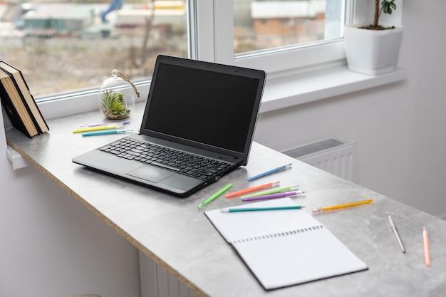Nota ispiratrice e motivazionale su un tavolo di legno bianco. testo