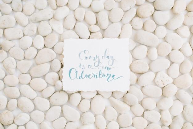Citazione ispiratrice sul modello neutro di pietre beige.