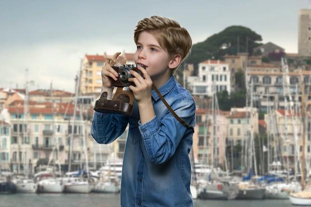 Ispirato ragazzino americano con la macchina fotografica
