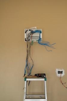 Installare il cablaggio elettrico della scheda dell'interruttore automatico sullo sfondo della parete